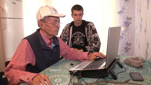 71岁大爷自从玩了CS游戏病都好多了 目标是夺冠